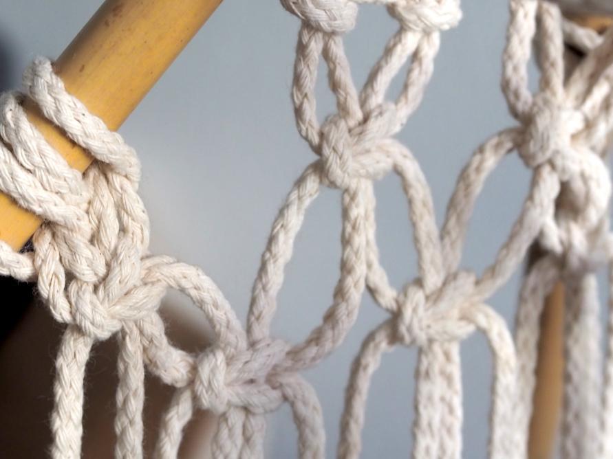 Makramee Tipi Zelt - jetzt werden die Seile verbunden mit den Knüpfknoten.