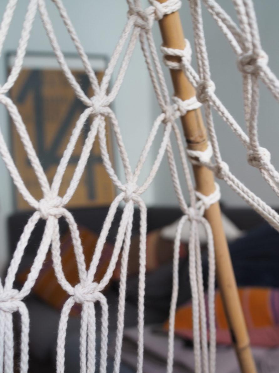 Makramee Tipi Zelt - hinterer Stange an der die Makramee Schlaufen angebracht werden