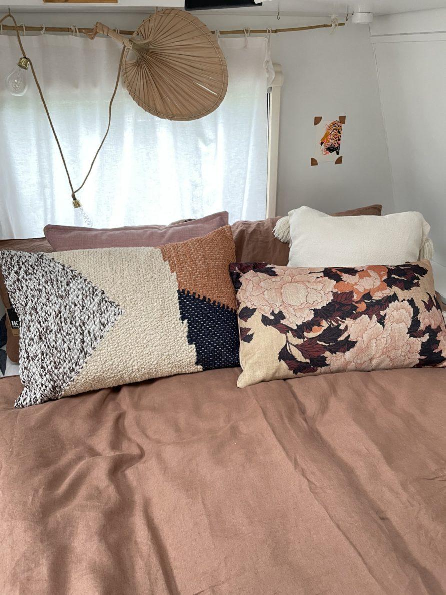 Wir renovieren deinen Caravan - Bett mit Kissen Dekoration - www.mysmallhouse.de