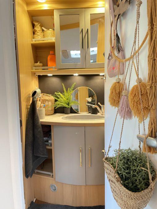 Wir renovieren deinen Caravan - Badezimmer mit grauen Türen - www.mysmallhouse.de