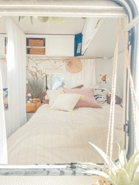 Wir renovieren deinen Caravan- unsere Werkstatt, Schlafbereich, Wohnwagen, Bett, helle Kissen
